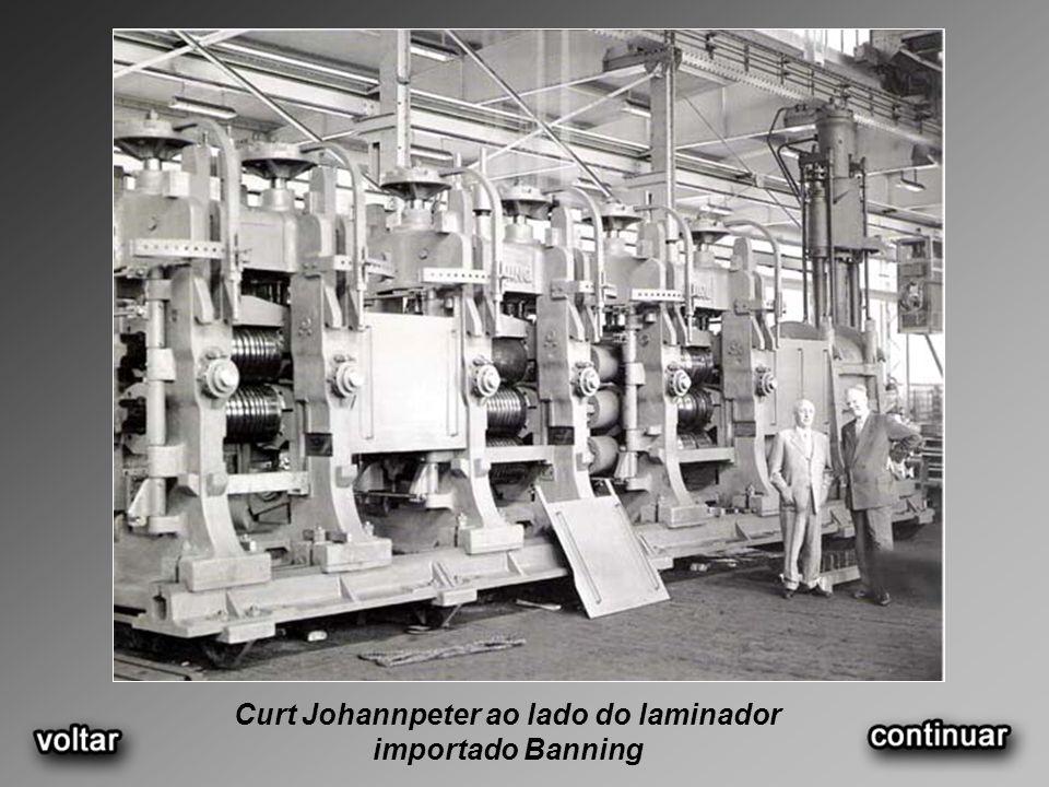 Curt Johannpeter ao lado do laminador importado Banning