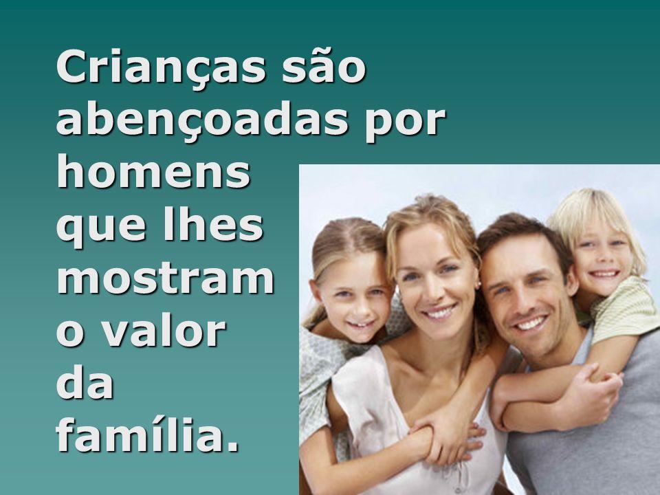 Crianças são abençoadas por homens que lhes mostram o valor da família.