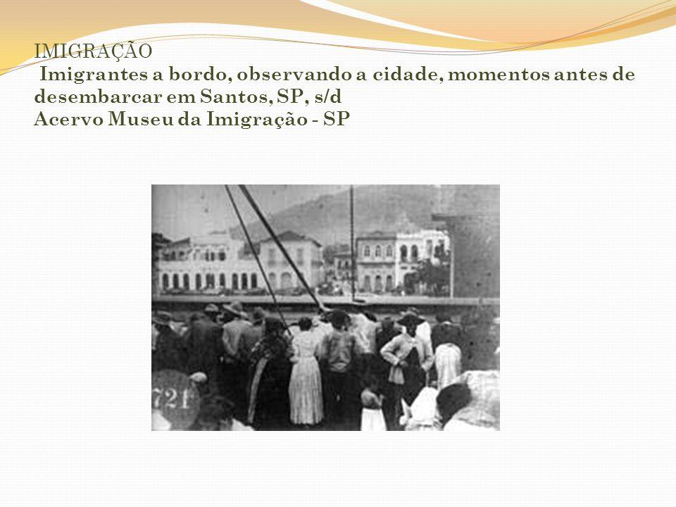 IMIGRAÇÃO Imigrantes a bordo, observando a cidade, momentos antes de desembarcar em Santos, SP, s/d Acervo Museu da Imigração - SP