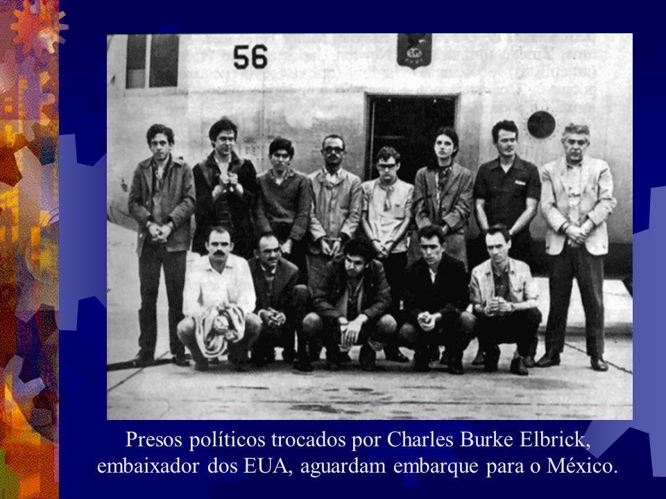 Presos políticos trocados por Charles Burke Elbrick, embaixador dos EUA, aguardam embarque para o México.