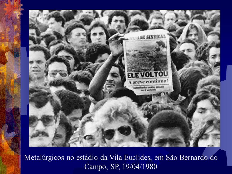 Metalúrgicos no estádio da Vila Euclides, em São Bernardo do Campo, SP, 19/04/1980