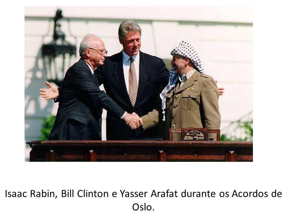 Isaac Rabin, Bill Clinton e Yasser Arafat durante os Acordos de Oslo.