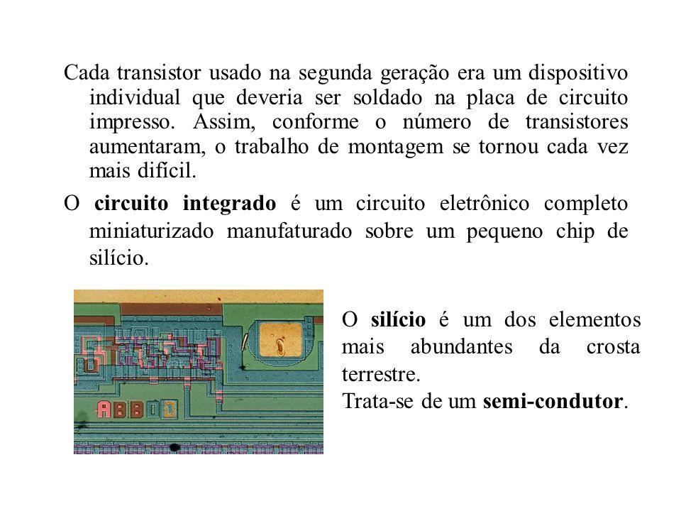 Cada transistor usado na segunda geração era um dispositivo individual que deveria ser soldado na placa de circuito impresso. Assim, conforme o número de transistores aumentaram, o trabalho de montagem se tornou cada vez mais difícil.