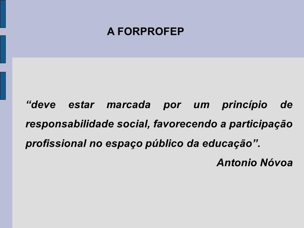 deve estar marcada por um princípio de responsabilidade social, favorecendo a participação profissional no espaço público da educação .