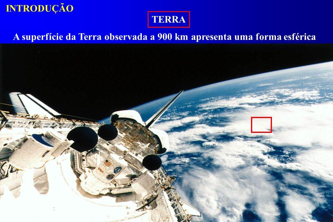 INTRODUÇÃO TERRA A superfície da Terra observada a 900 km apresenta uma forma esférica