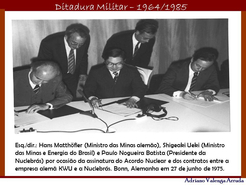 Esq./dir.: Hans Matthöfler (Ministro das Minas alemão), Shigeaki Ueki (Ministro das Minas e Energia do Brasil) e Paulo Nogueira Batista (Presidente da Nuclebrás) por ocasião da assinatura do Acordo Nuclear e dos contratos entre a empresa alemã KWU e a Nuclebrás.