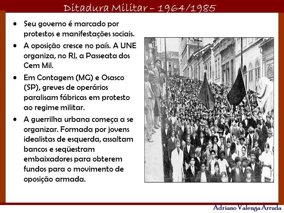 Seu governo é marcado por protestos e manifestações sociais.