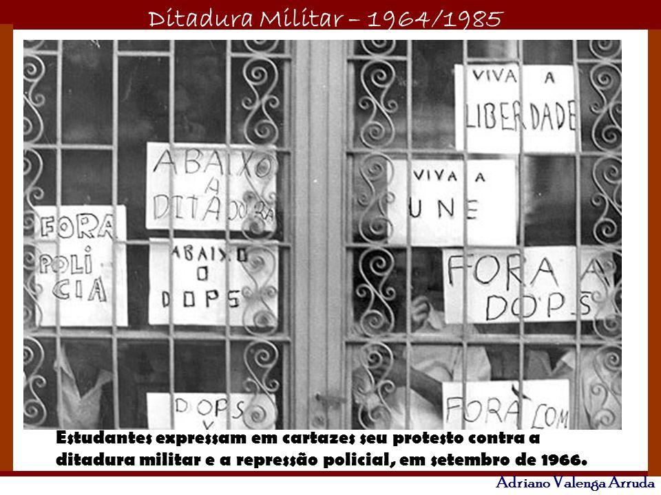 Estudantes expressam em cartazes seu protesto contra a ditadura militar e a repressão policial, em setembro de 1966.