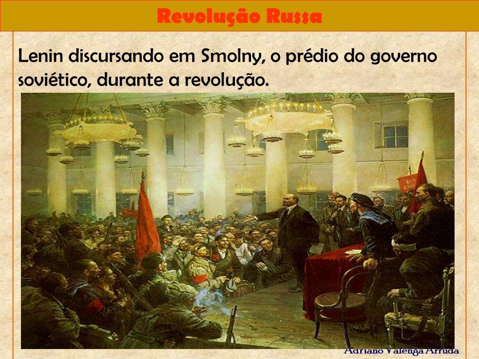 Lenin discursando em Smolny, o prédio do governo soviético, durante a revolução.