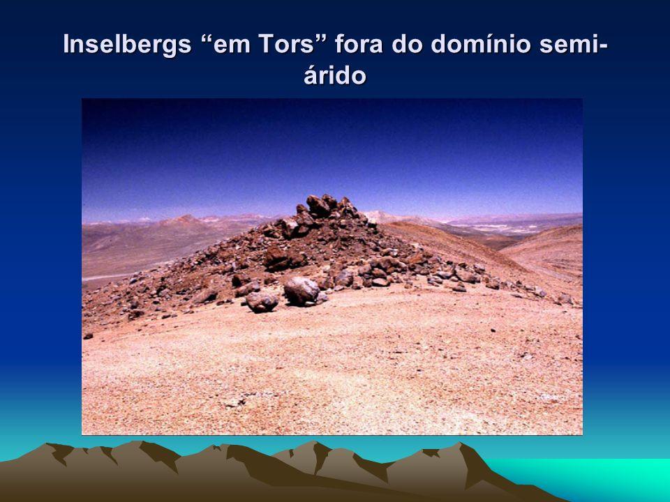 Inselbergs em Tors fora do domínio semi-árido