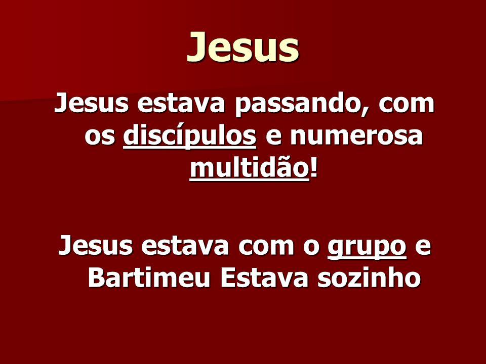 Jesus Jesus estava passando, com os discípulos e numerosa multidão!
