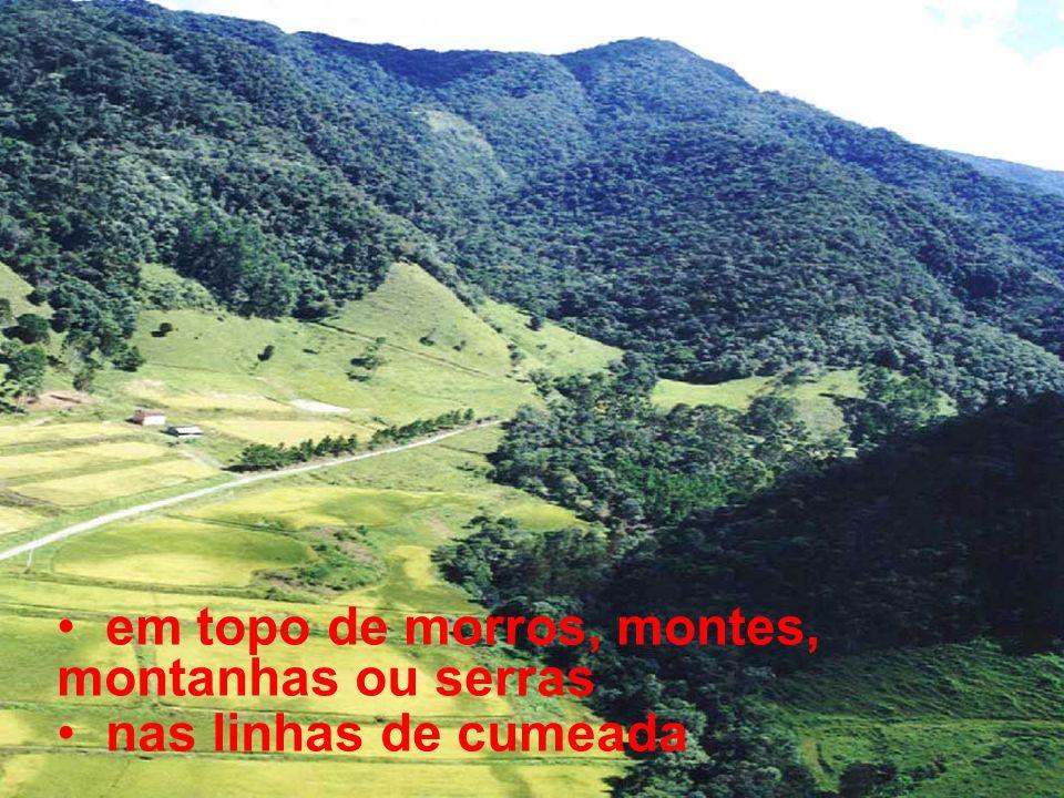 em topo de morros, montes, montanhas ou serras