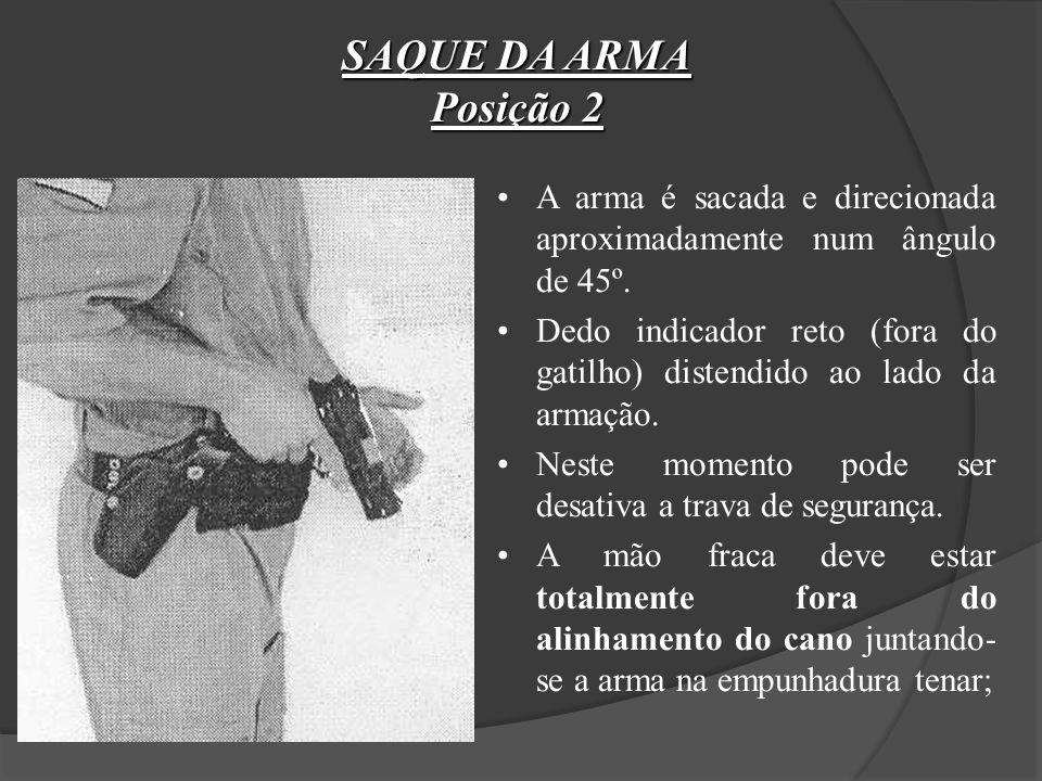 SAQUE DA ARMA Posição 2. A arma é sacada e direcionada aproximadamente num ângulo de 45º.