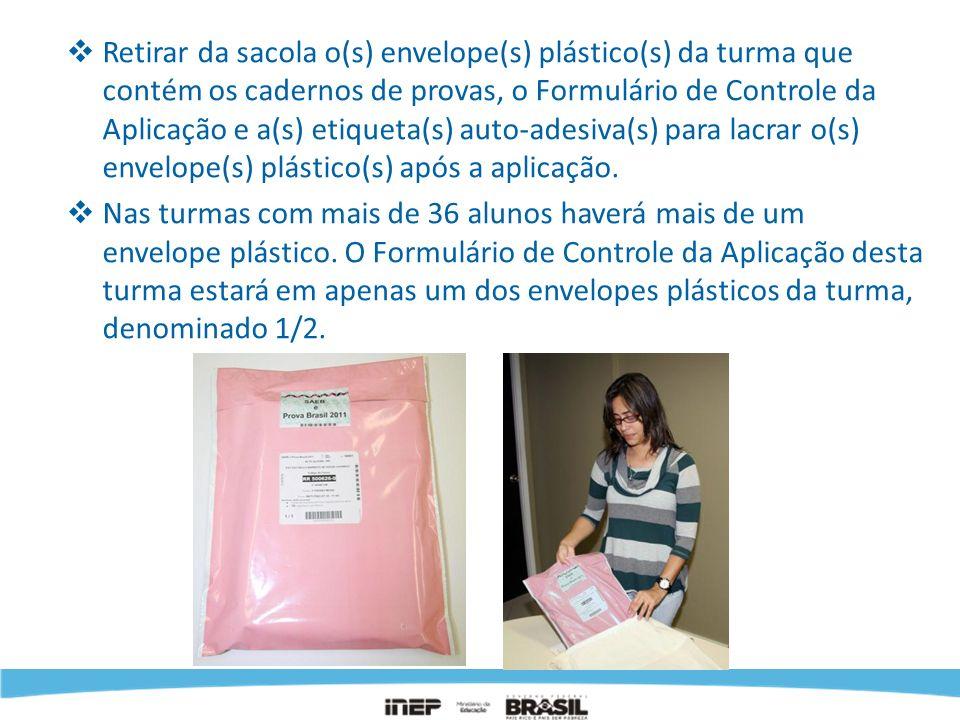 Retirar da sacola o(s) envelope(s) plástico(s) da turma que contém os cadernos de provas, o Formulário de Controle da Aplicação e a(s) etiqueta(s) auto-adesiva(s) para lacrar o(s) envelope(s) plástico(s) após a aplicação.