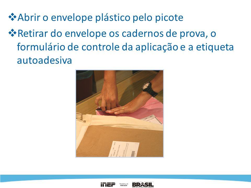 Abrir o envelope plástico pelo picote