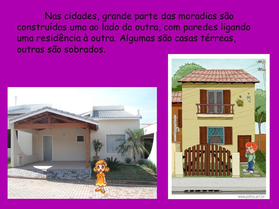 Nas cidades, grande parte das moradias são construídas uma ao lado da outra, com paredes ligando uma residência à outra.