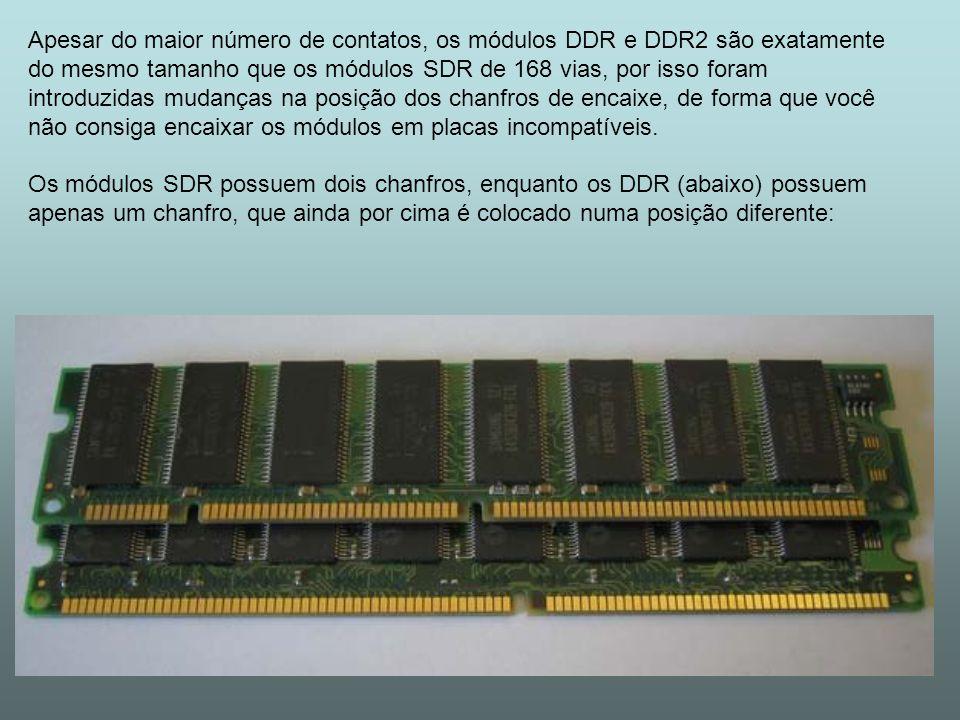 Apesar do maior número de contatos, os módulos DDR e DDR2 são exatamente