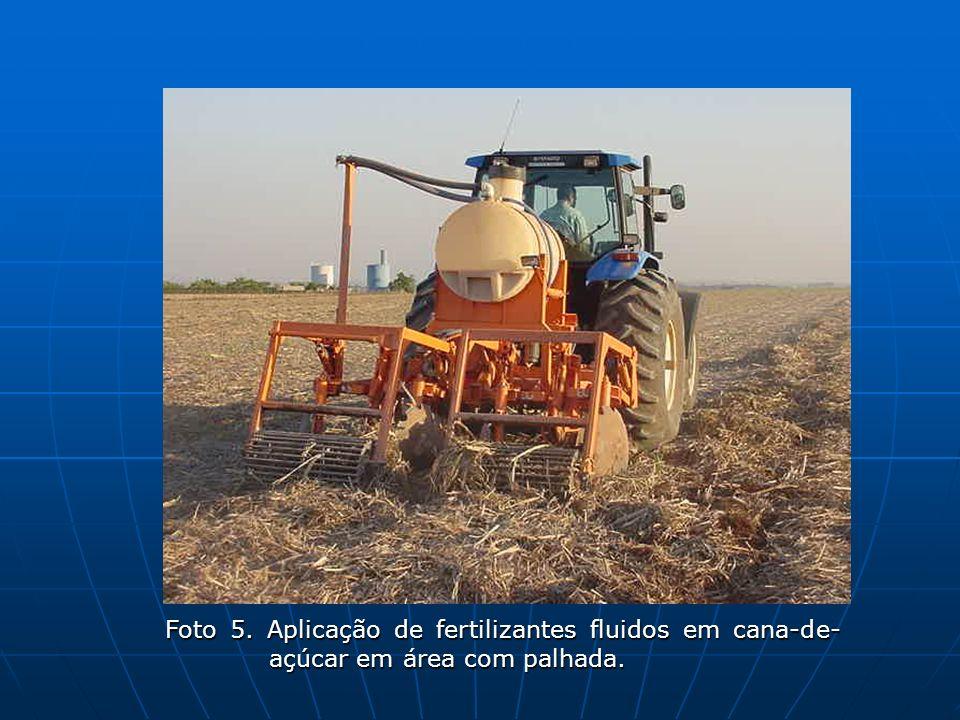 Foto 5. Aplicação de fertilizantes fluidos em cana-de-açúcar em área com palhada.
