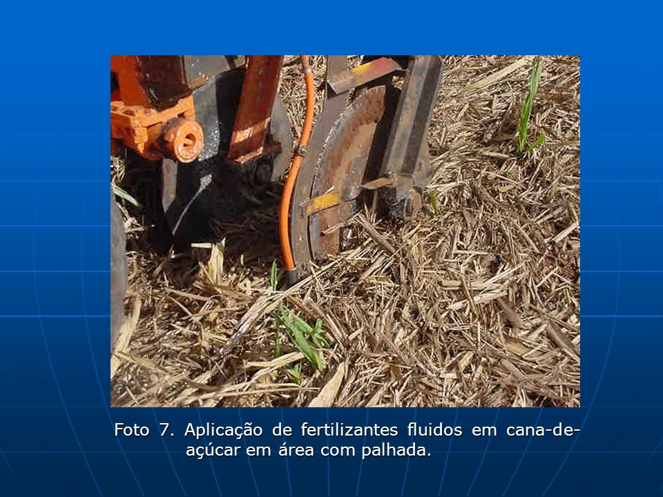 Foto 7. Aplicação de fertilizantes fluidos em cana-de-açúcar em área com palhada.
