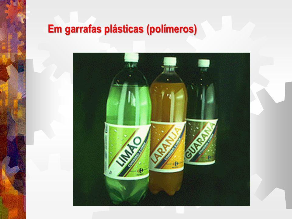 Em garrafas plásticas (polímeros)
