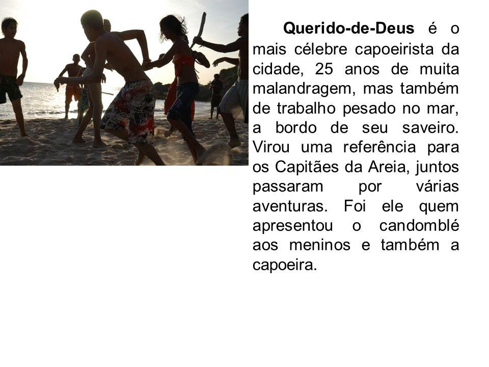 Querido-de-Deus é o mais célebre capoeirista da cidade, 25 anos de muita malandragem, mas também de trabalho pesado no mar, a bordo de seu saveiro.