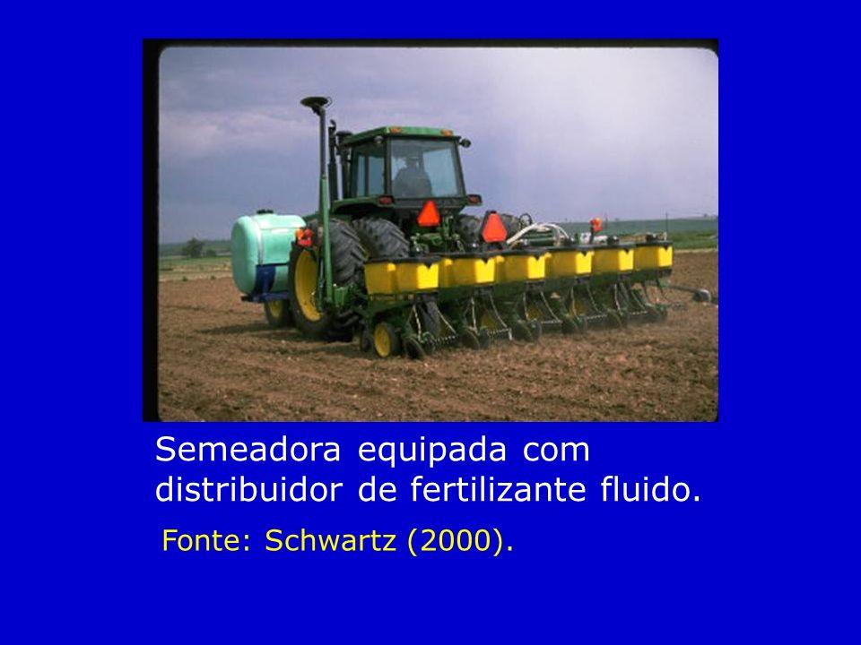 Semeadora equipada com distribuidor de fertilizante fluido.