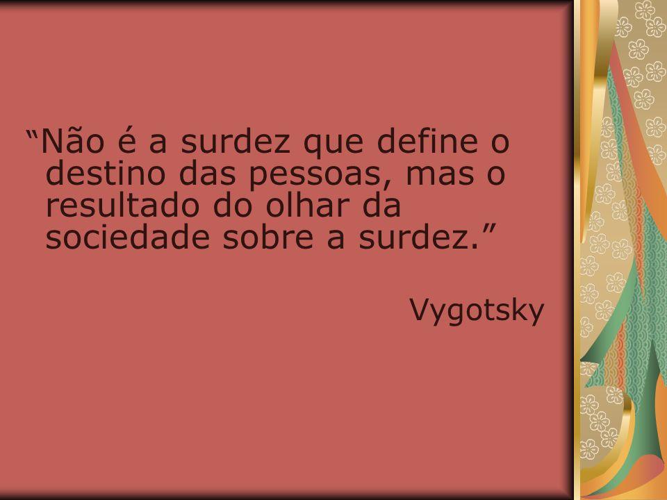 Não é a surdez que define o destino das pessoas, mas o resultado do olhar da sociedade sobre a surdez.