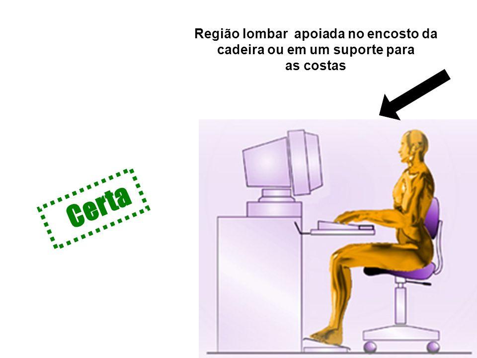 Região lombar apoiada no encosto da cadeira ou em um suporte para