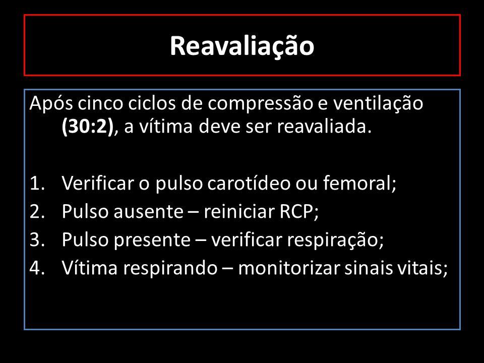 Reavaliação Após cinco ciclos de compressão e ventilação (30:2), a vítima deve ser reavaliada. Verificar o pulso carotídeo ou femoral;