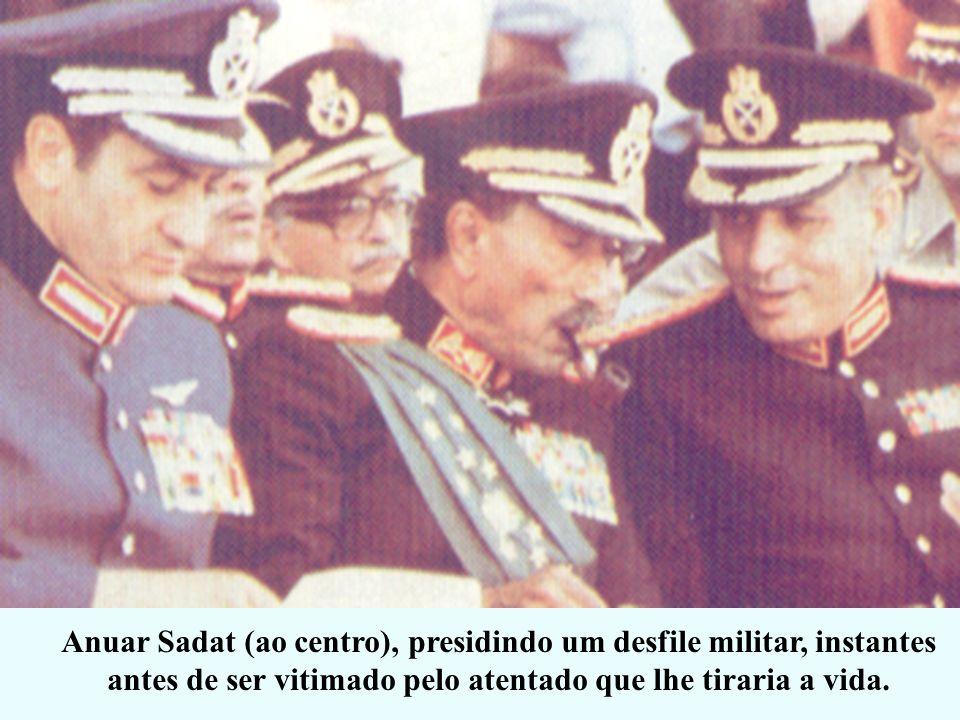 Anuar Sadat (ao centro), presidindo um desfile militar, instantes antes de ser vitimado pelo atentado que lhe tiraria a vida.