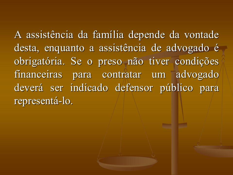 A assistência da família depende da vontade desta, enquanto a assistência de advogado é obrigatória.