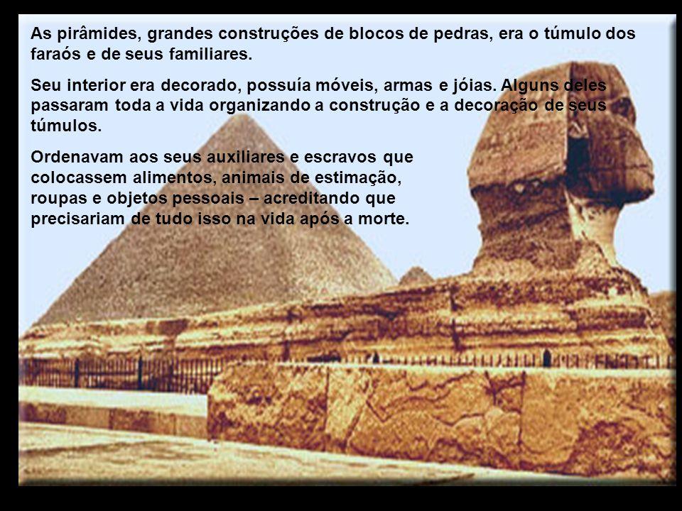 As pirâmides, grandes construções de blocos de pedras, era o túmulo dos faraós e de seus familiares.