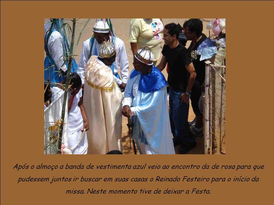 Após o almoço a banda de vestimenta azul veio ao encontro da de rosa para que pudessem juntos ir buscar em suas casas o Reinado Festeiro para o início da missa.