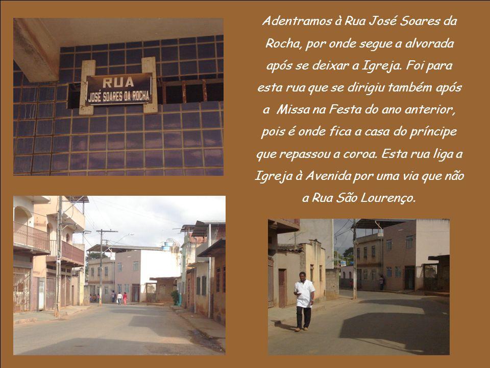 Adentramos à Rua José Soares da Rocha, por onde segue a alvorada após se deixar a Igreja.