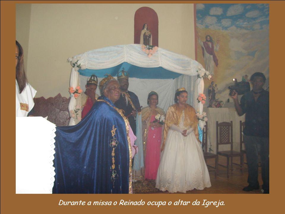 Durante a missa o Reinado ocupa o altar da Igreja.