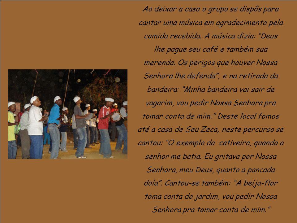 Ao deixar a casa o grupo se dispôs para cantar uma música em agradecimento pela comida recebida.