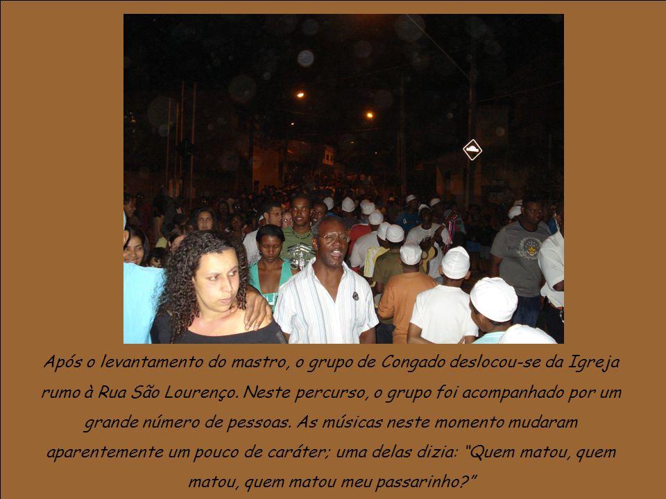 Após o levantamento do mastro, o grupo de Congado deslocou-se da Igreja rumo à Rua São Lourenço.