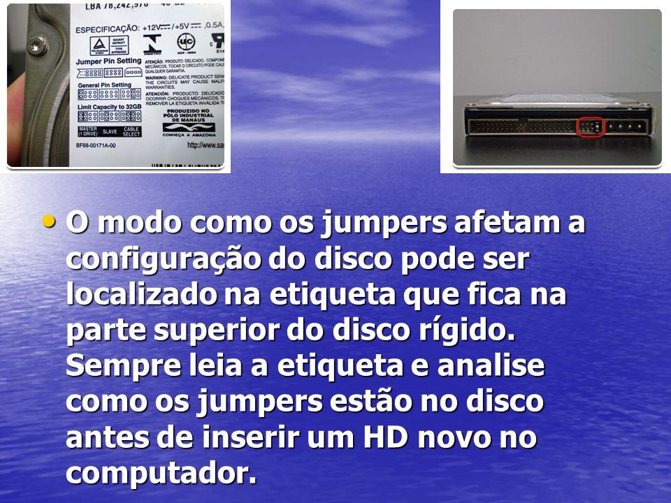 O modo como os jumpers afetam a configuração do disco pode ser localizado na etiqueta que fica na parte superior do disco rígido.
