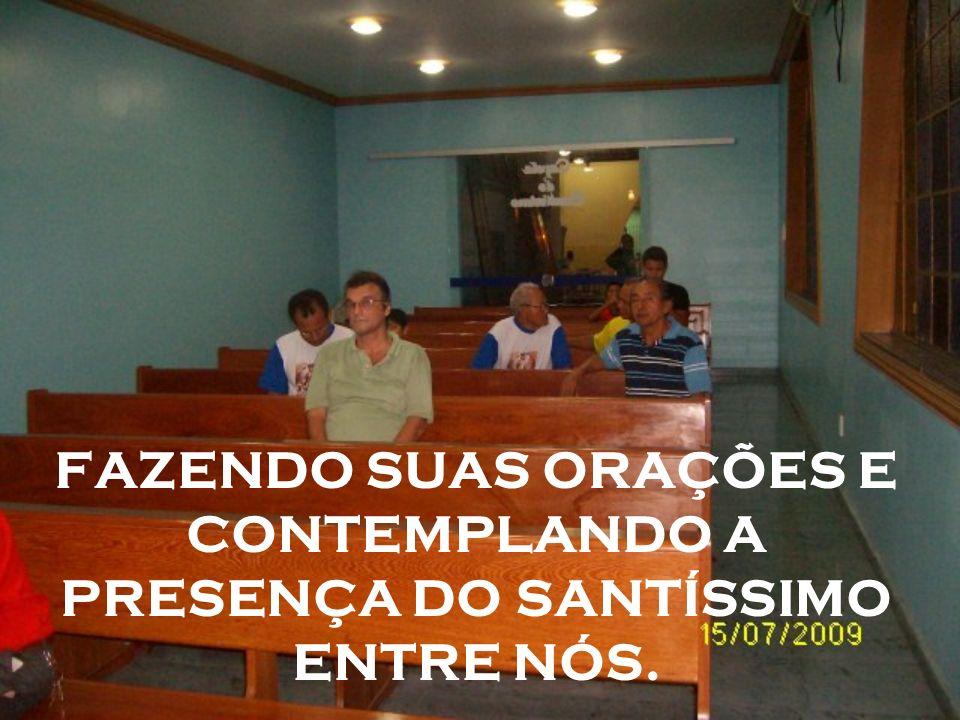 FAZENDO SUAS ORAÇÕES E CONTEMPLANDO A PRESENÇA DO SANTÍSSIMO ENTRE NÓS.