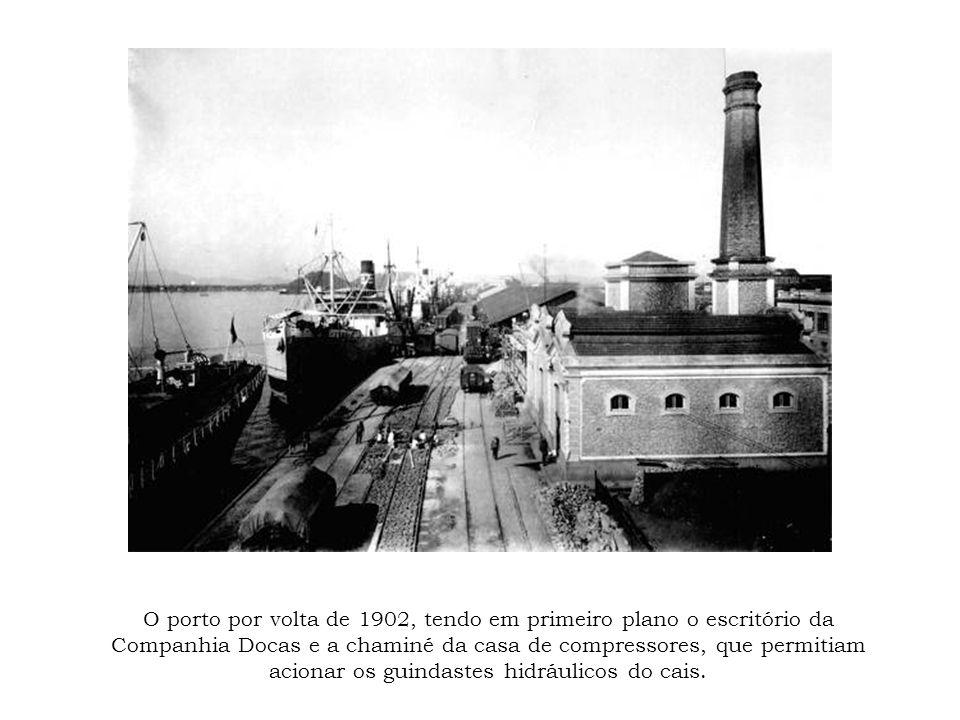 O porto por volta de 1902, tendo em primeiro plano o escritório da Companhia Docas e a chaminé da casa de compressores, que permitiam acionar os guindastes hidráulicos do cais.
