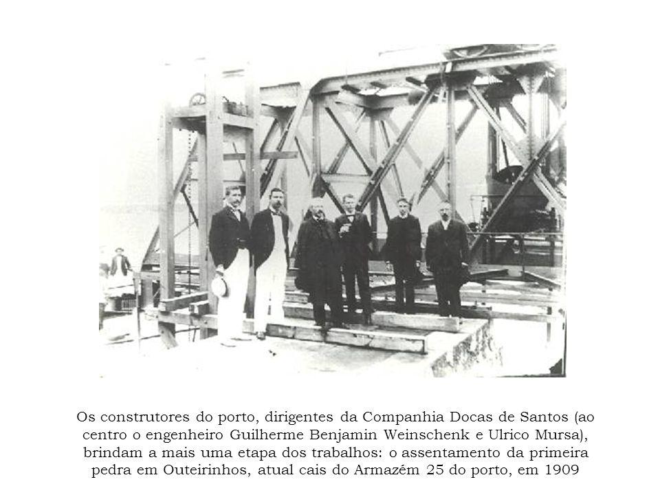 Os construtores do porto, dirigentes da Companhia Docas de Santos (ao centro o engenheiro Guilherme Benjamin Weinschenk e Ulrico Mursa), brindam a mais uma etapa dos trabalhos: o assentamento da primeira pedra em Outeirinhos, atual cais do Armazém 25 do porto, em 1909