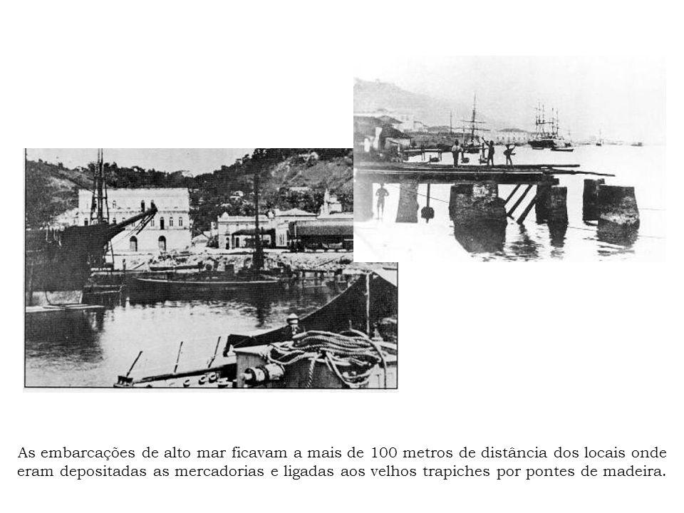 As embarcações de alto mar ficavam a mais de 100 metros de distância dos locais onde eram depositadas as mercadorias e ligadas aos velhos trapiches por pontes de madeira.