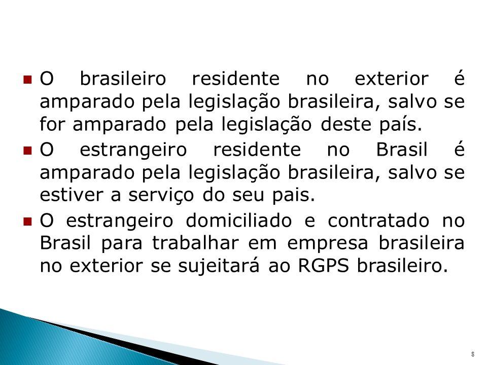 O brasileiro residente no exterior é amparado pela legislação brasileira, salvo se for amparado pela legislação deste país.