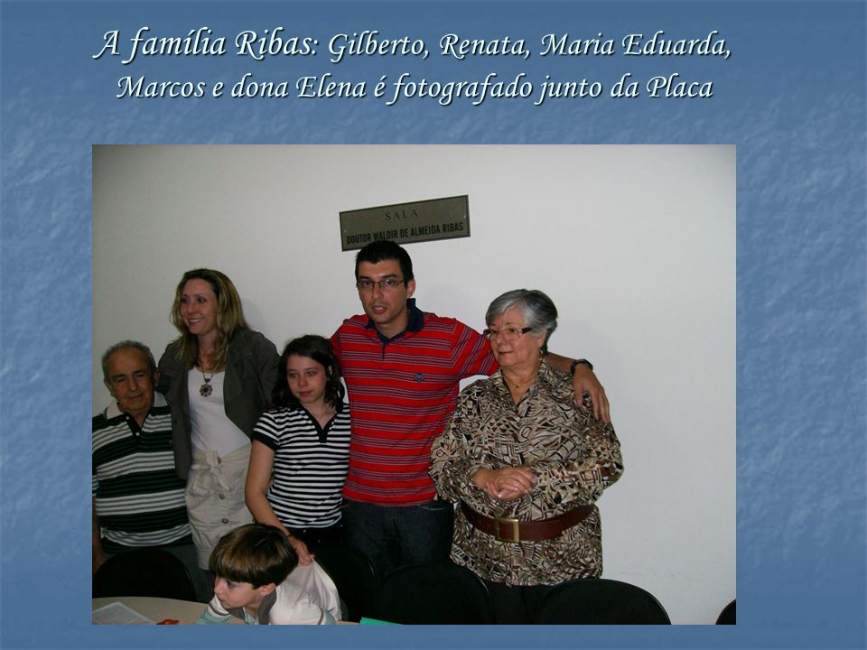 A família Ribas: Gilberto, Renata, Maria Eduarda, Marcos e dona Elena é fotografado junto da Placa