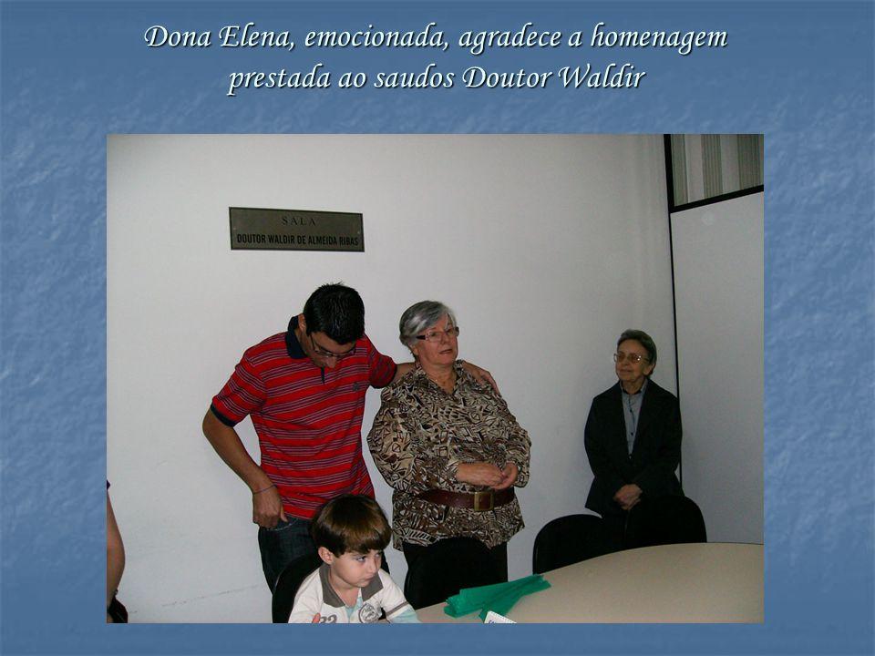 Dona Elena, emocionada, agradece a homenagem prestada ao saudos Doutor Waldir