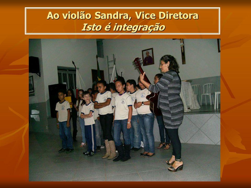 Ao violão Sandra, Vice Diretora Isto é integração