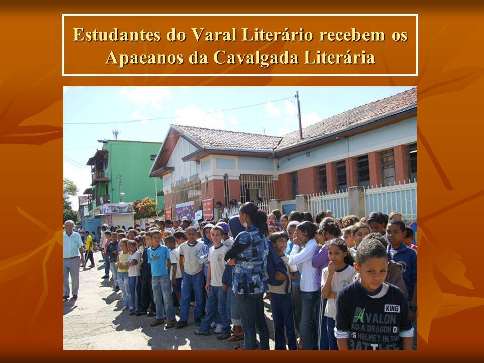 Estudantes do Varal Literário recebem os Apaeanos da Cavalgada Literária