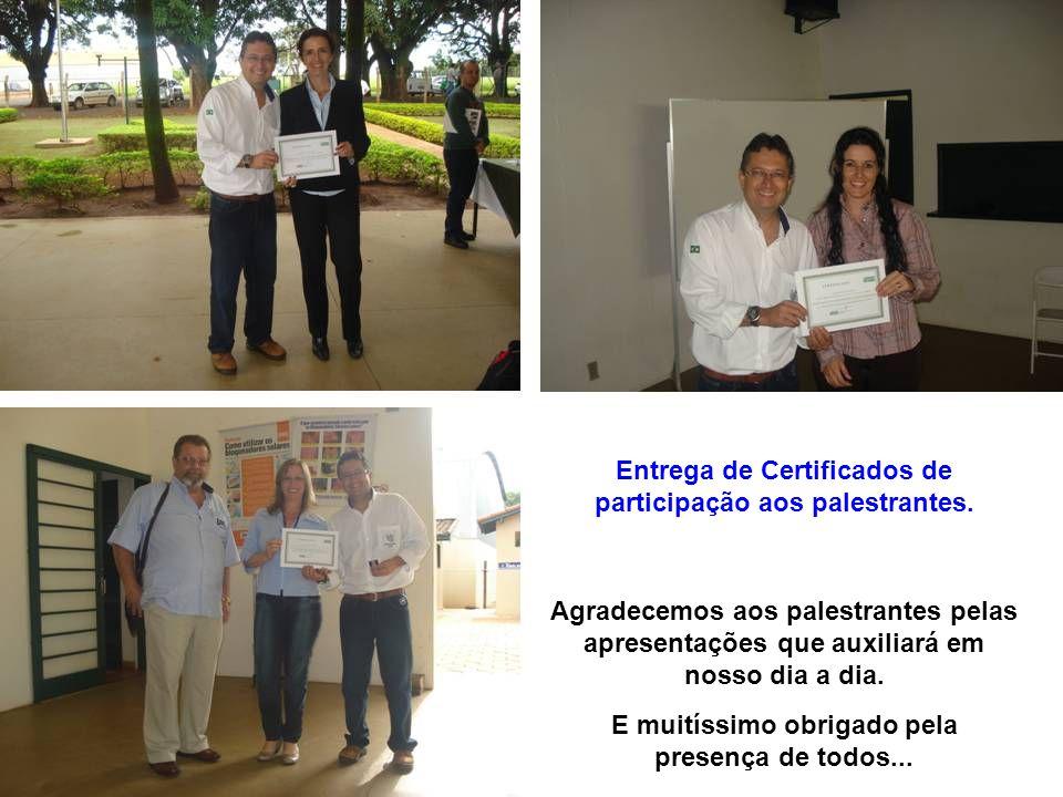 Entrega de Certificados de participação aos palestrantes.