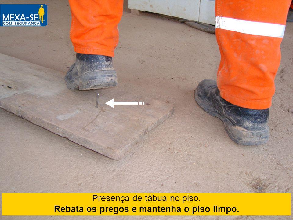 Rebata os pregos e mantenha o piso limpo.