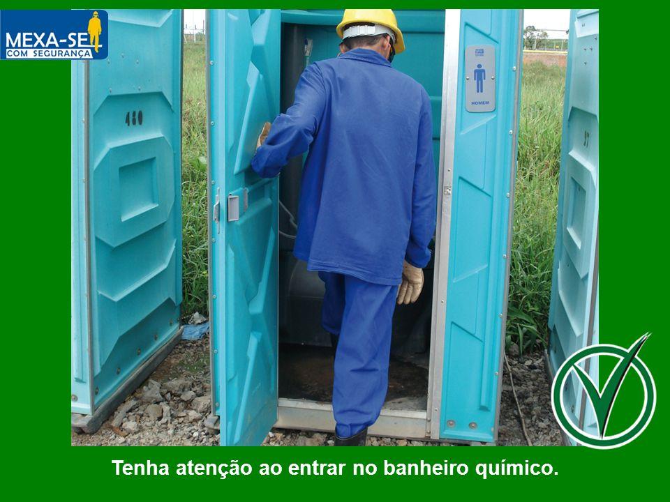 Tenha atenção ao entrar no banheiro químico.